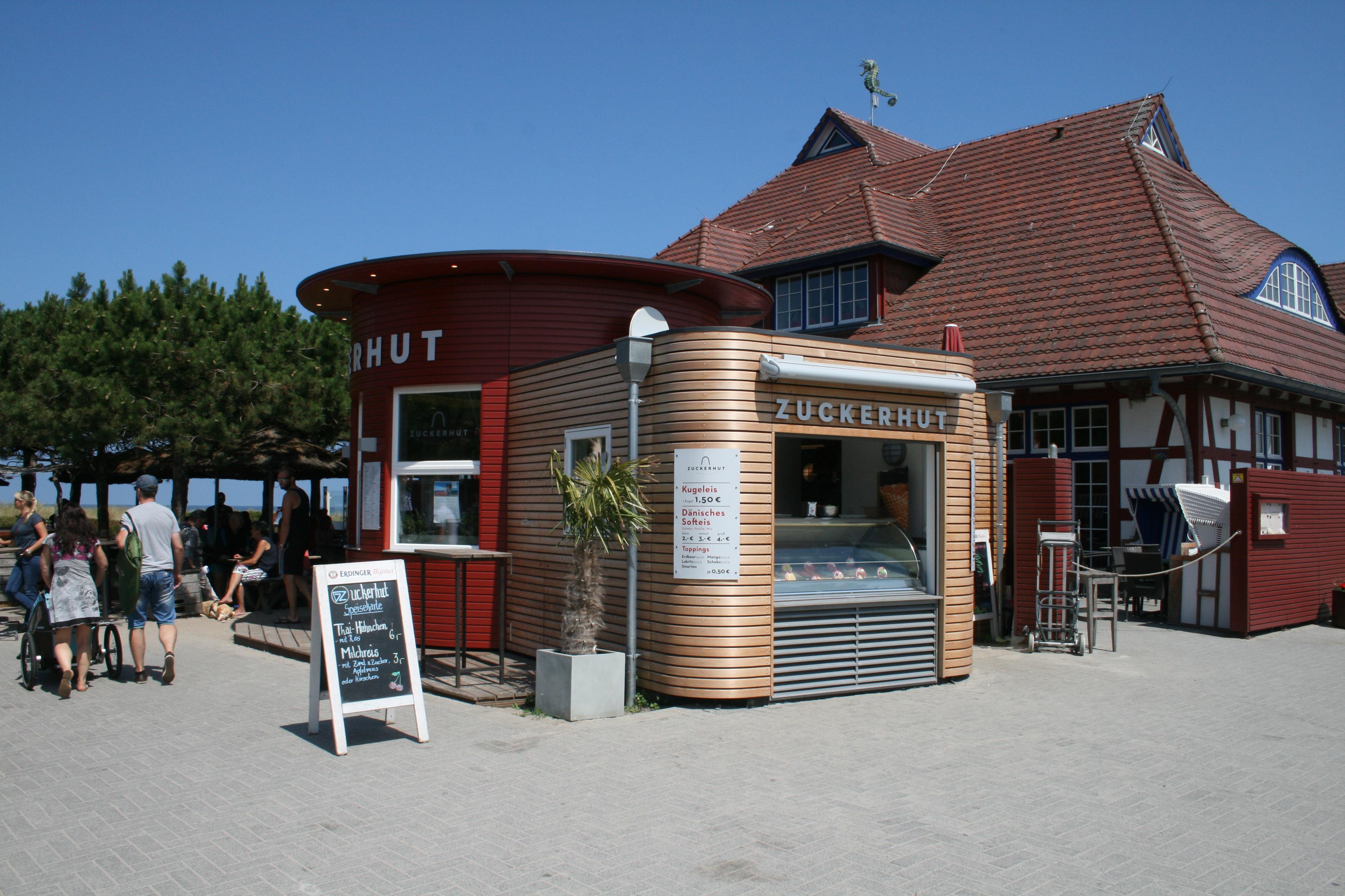 Auf dem Deich befindet sich der Zuckerhut, der die Strandbesucher zu jeder Jahreszeit mit Speis und Trank versorgt