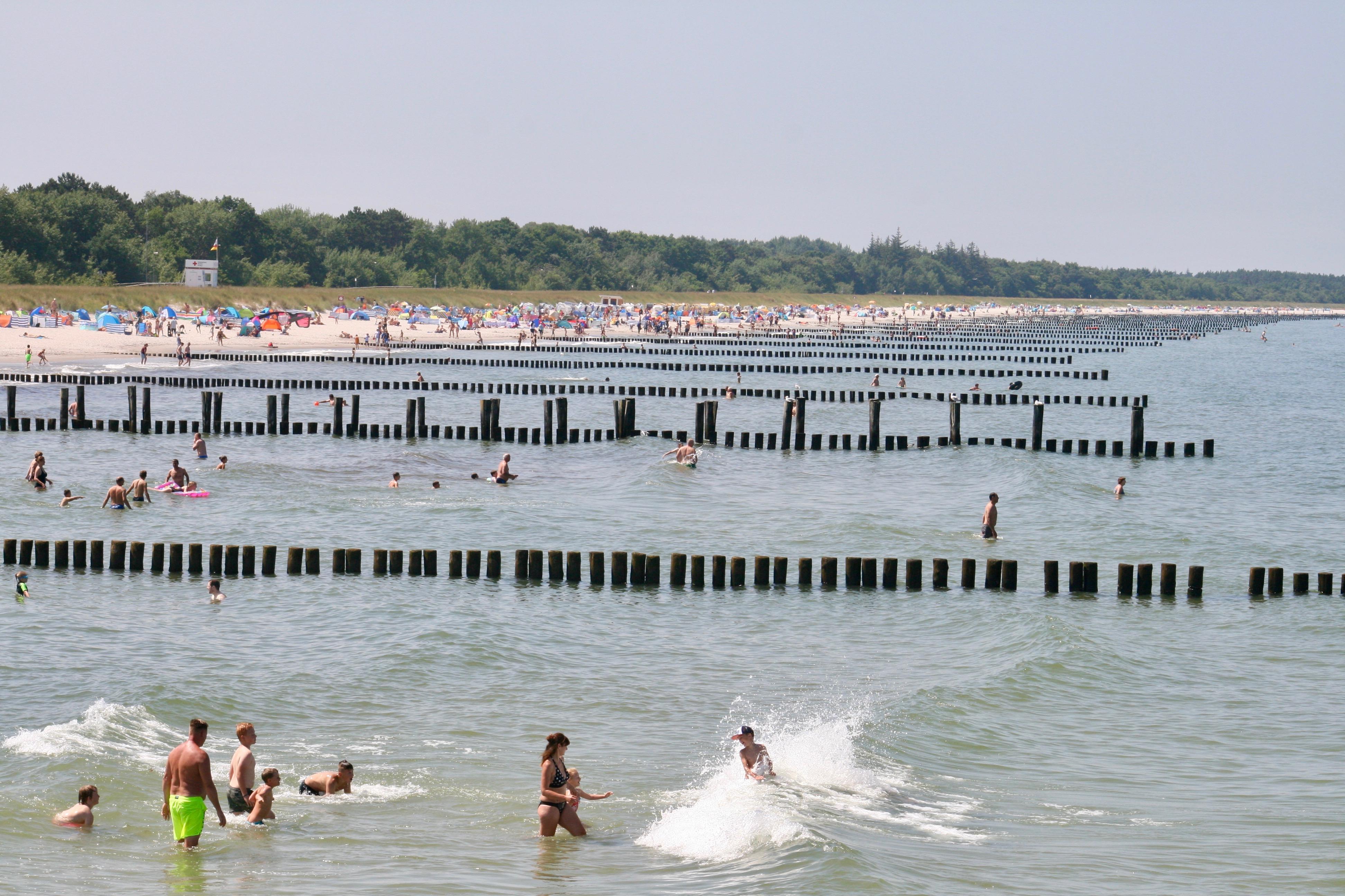 Das Meer fällt sehr flach ab und ist daher besonders bei Familien beliebt