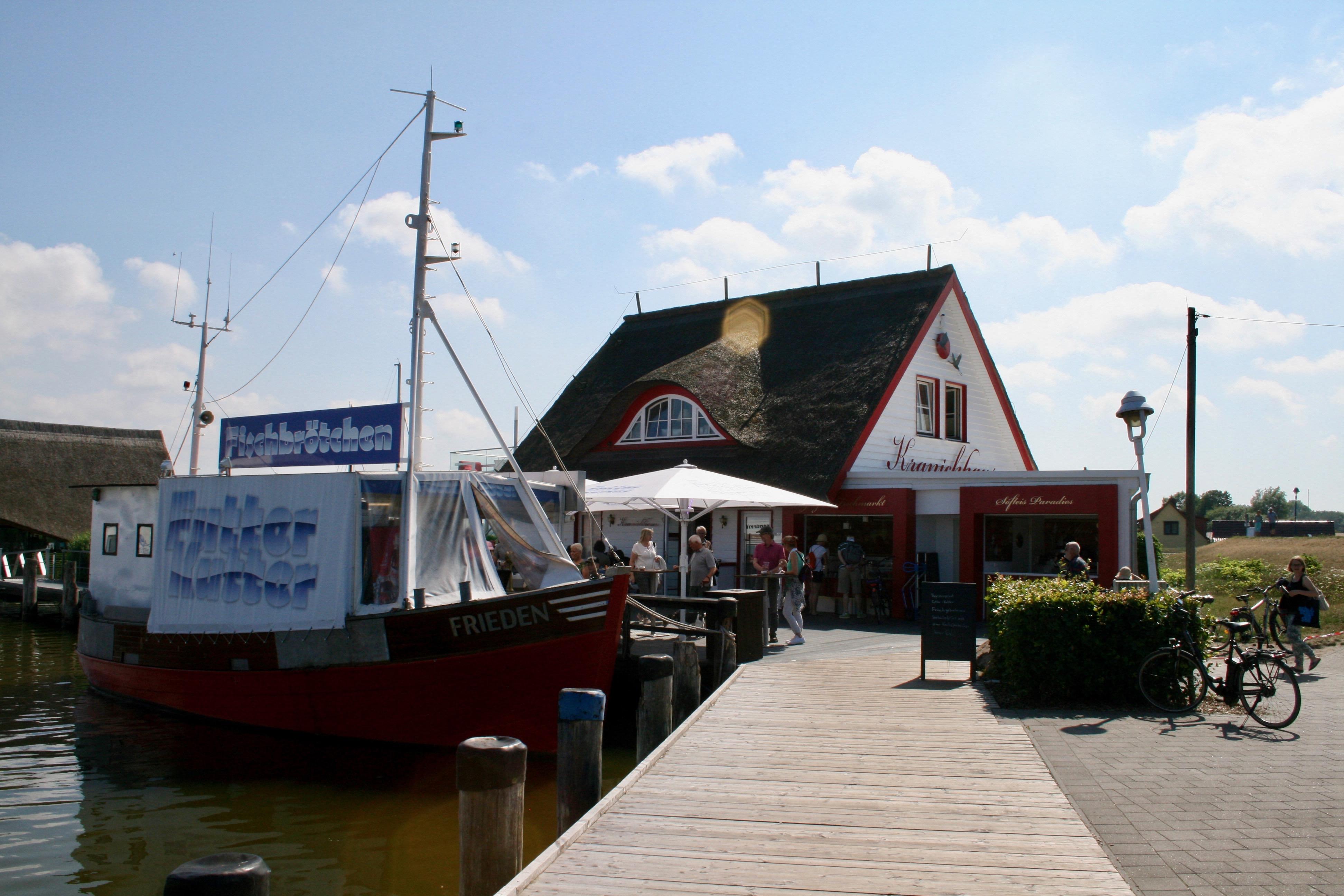 """Der """"Futterkutter"""" am Hafen versorgt Urlauber mit frischen Fischbrötchen und Getränken"""