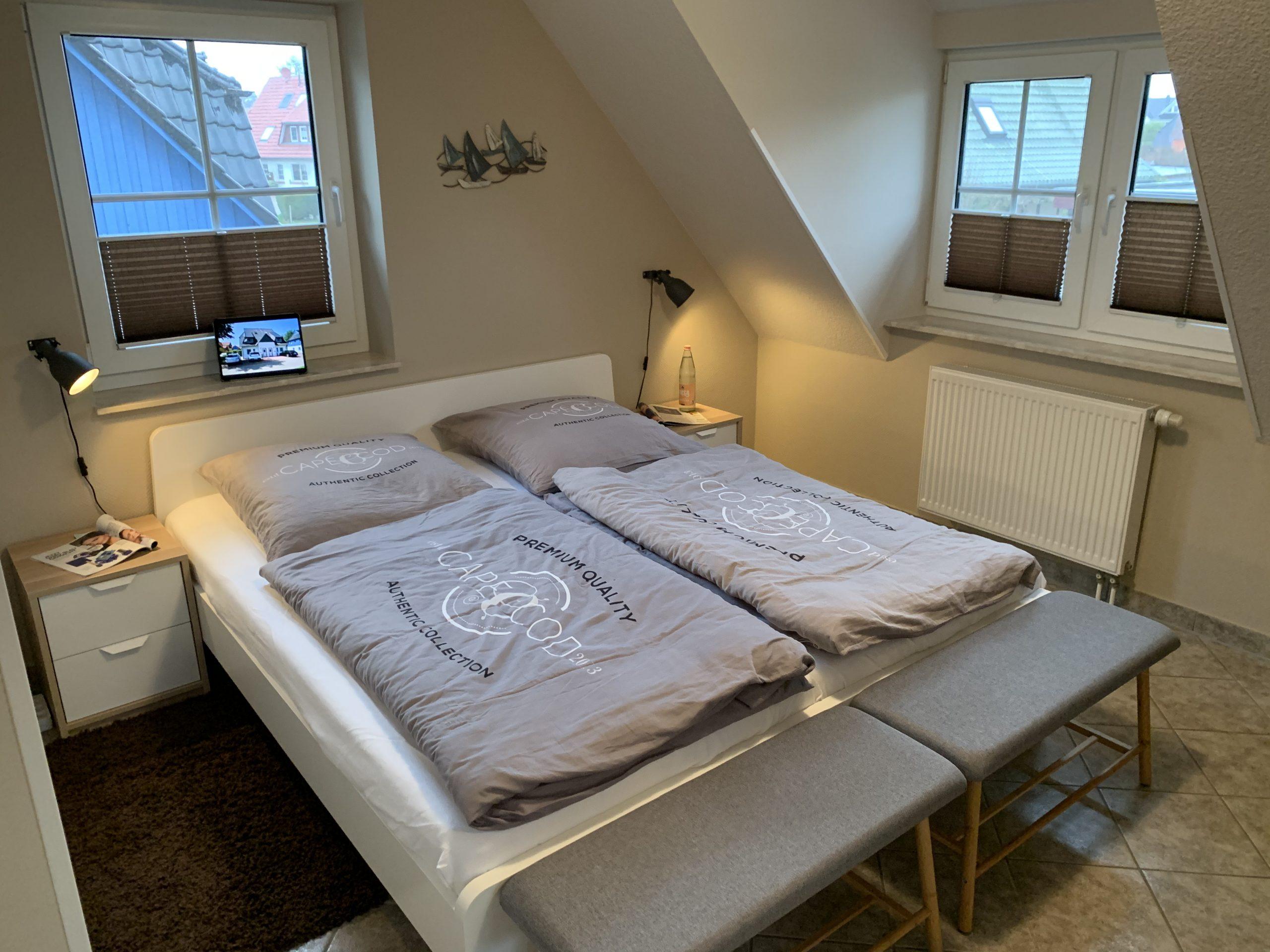 Frisch renoviert in 2020:  Das Schlafzimmer im Obergeschoss verfügt über ein Doppelbett...