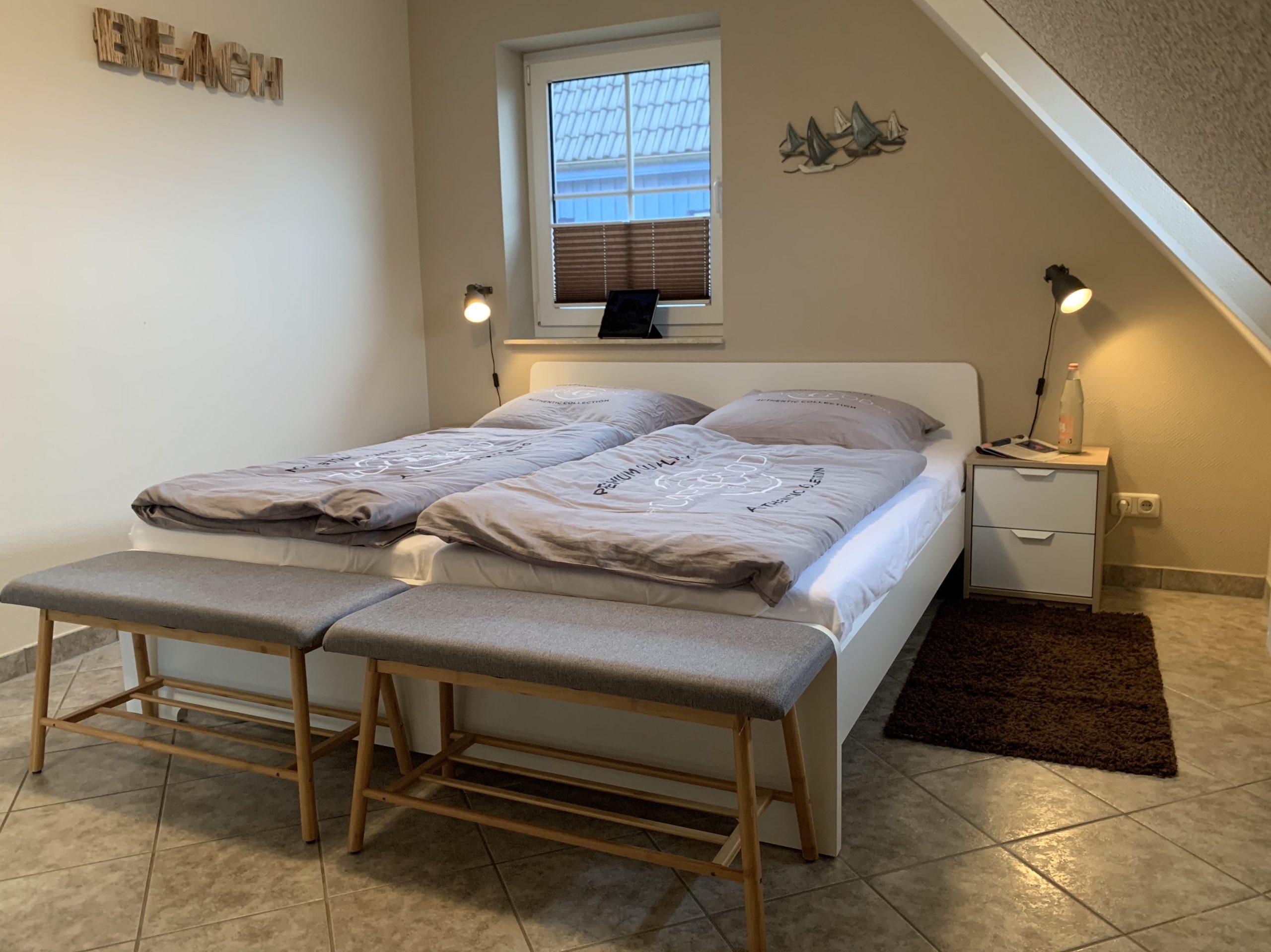 Doppelbett mit zwei Matratzen: je 0,90m x 2,00m